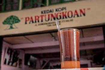 Presiden RI Joko Widodo pernah menyempatkan diri datang ke kawasan Toba Samosir & mencicipi kopi di kedai kopi lokal. Kedai Kopi Patungkoan lah yang menjadi pilihannya.