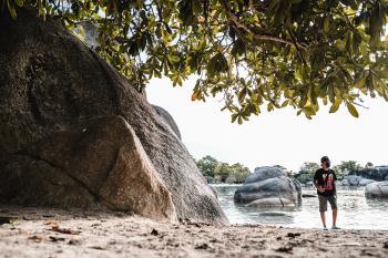 Tanjung tinggi adalah pantai yang diapit oleh dua semenanjung, yaitu tanjung Kelayang dan tanjung Pendam.