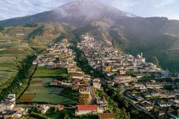 Nepal van Java adalah julukan dari Dusun Butuh, yang berada di Desa Temanggung, Kecamatan Kaliangkrik, Kabupaten Magelang, Jawa Tengah memiliki lanskap yang menarik untuk dikunjungi.